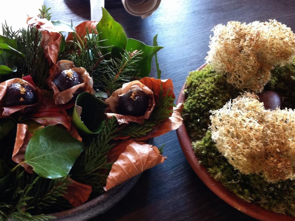 Gefrituurd mos en eetbare tafelgarnituur met een zure bes