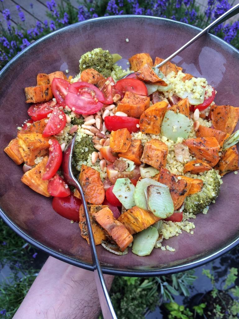 Salade met zoete aardappel, broccoli en kerstomaat