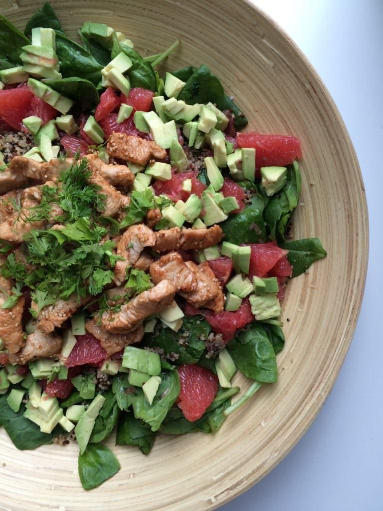 Zomerse salade met pompelmoes, kip en avocado