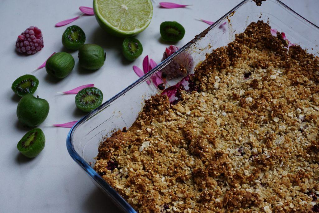 Crumble met kiwibessen en rood fruit