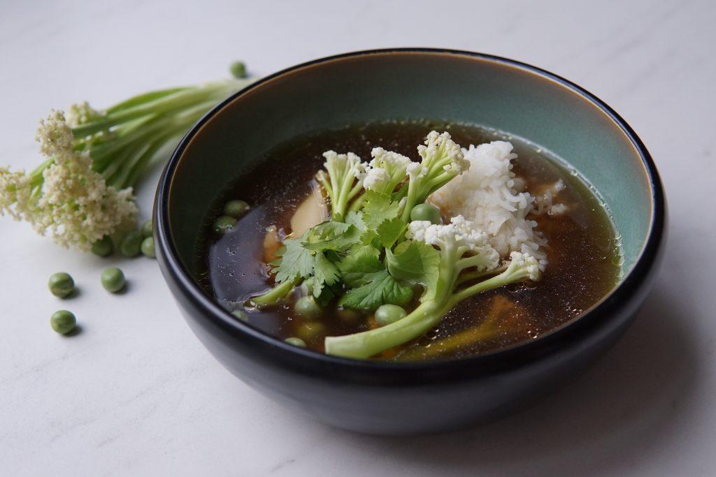 Aziatische bouillon met bloemkoolstengel en erwtjes