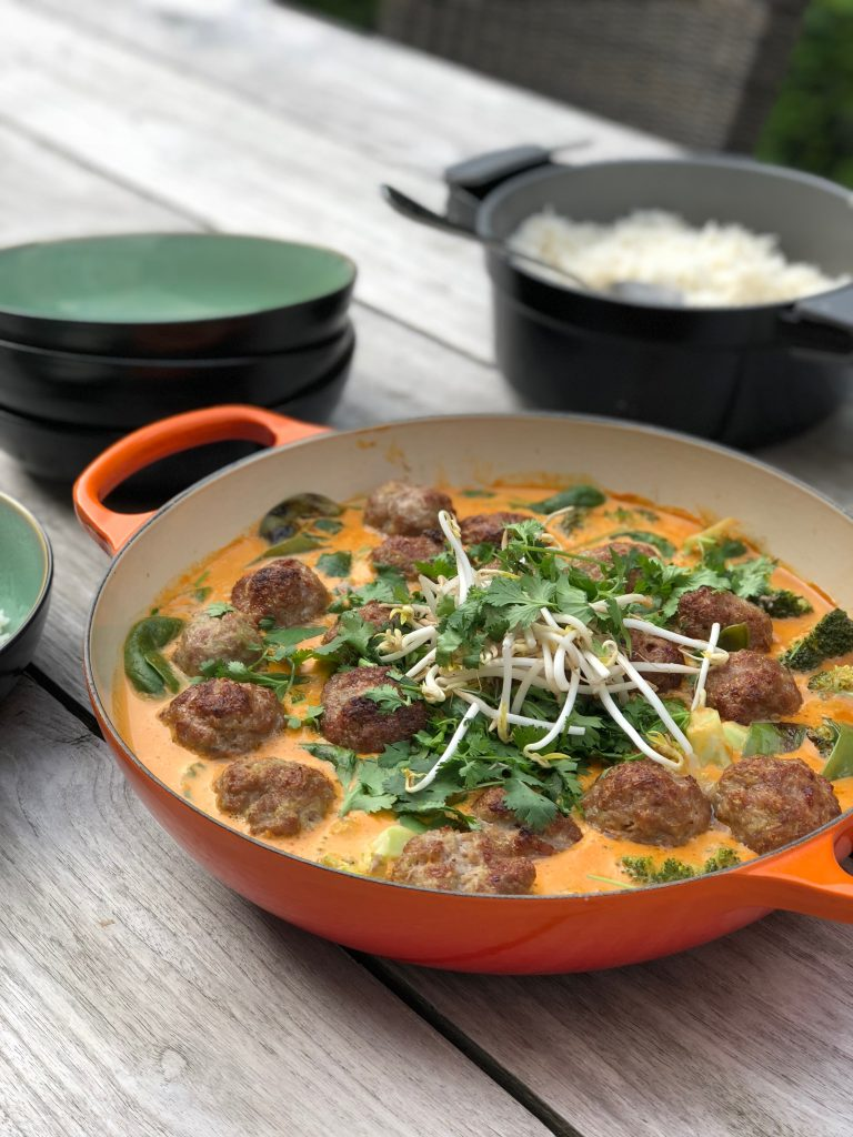 Balletjes met Thai red curry & pindasaus
