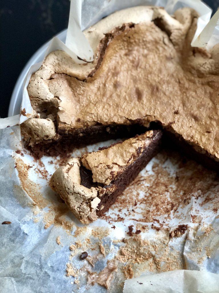 Smeuïge chocoladetaart met gebakken meringuetopping