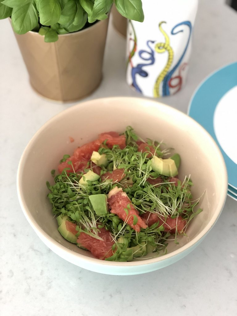 Zomerse salade met roze pompelmoes en avocado