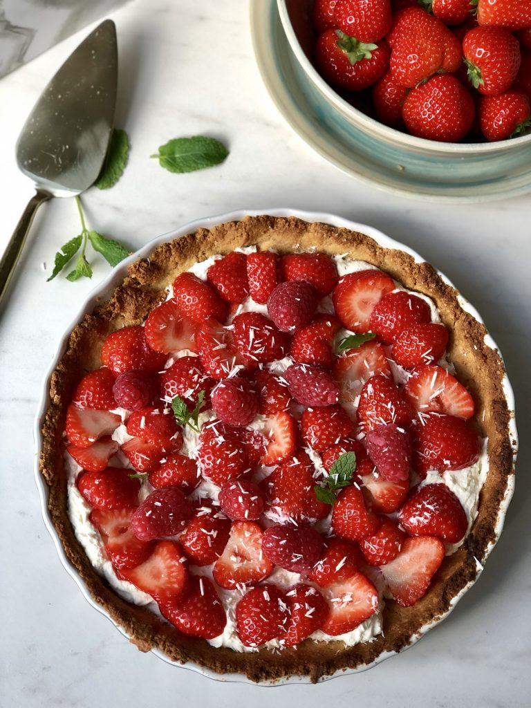 Taart met aardbeien en witte chocoladeroom