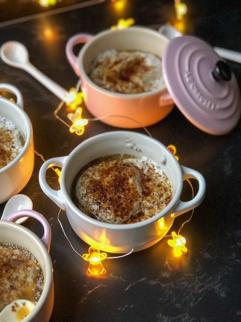 Crème brûlée met passievruchten, chia en kokos