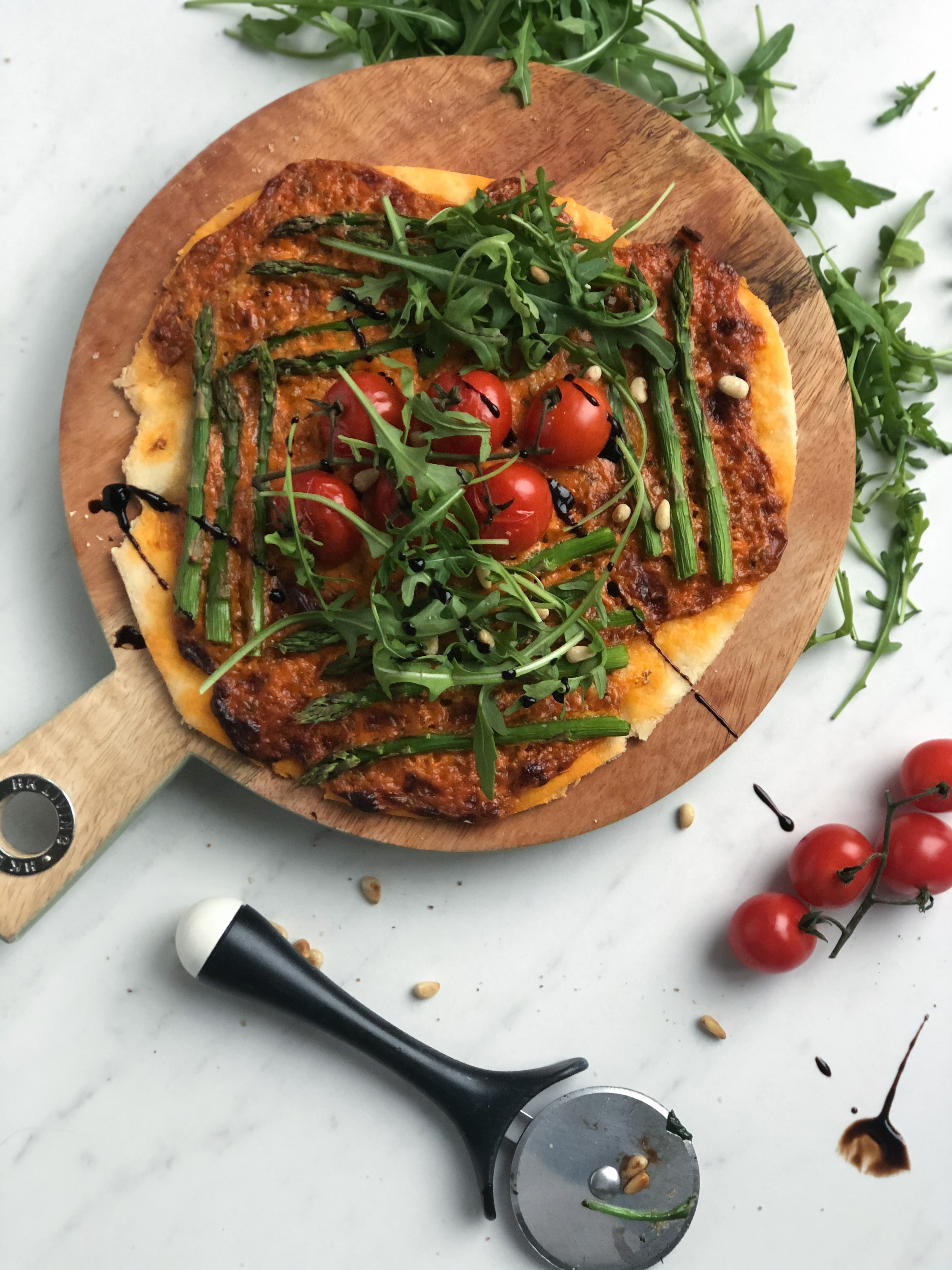 glutenvrije pizza met mascarpone en tomaat