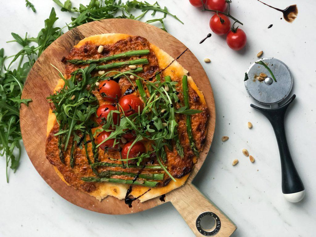 Homemade pizza met mascarpone, tomaat en asperges