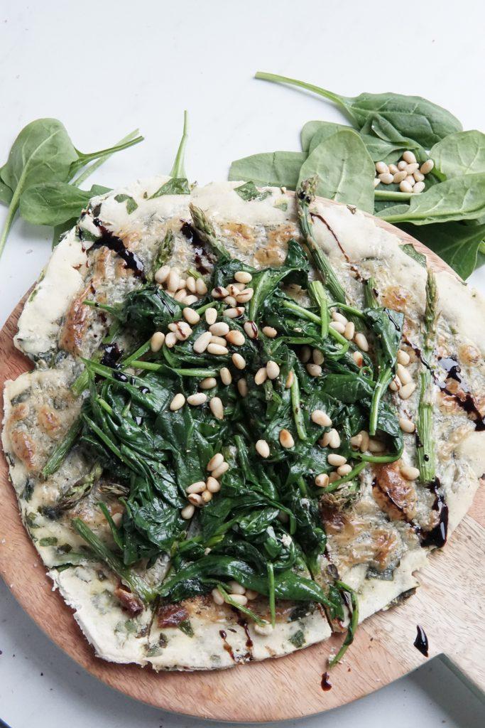 Lente in aantocht: pizza bianca met asperges en spinazie