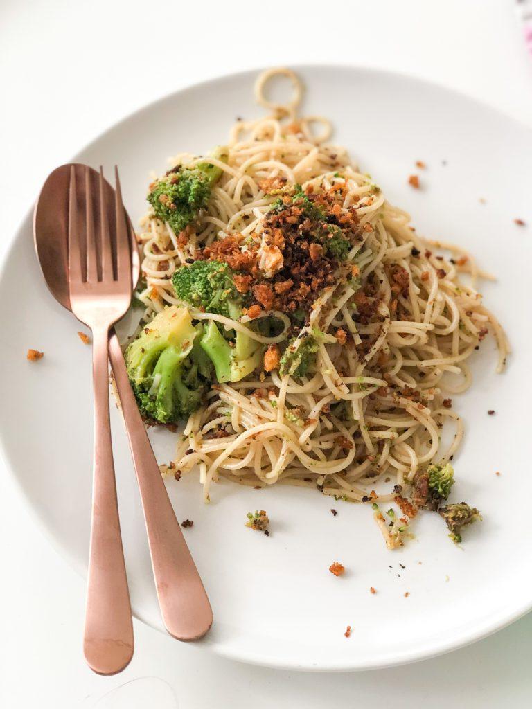 Snelle pasta met broccoli en broodkruim