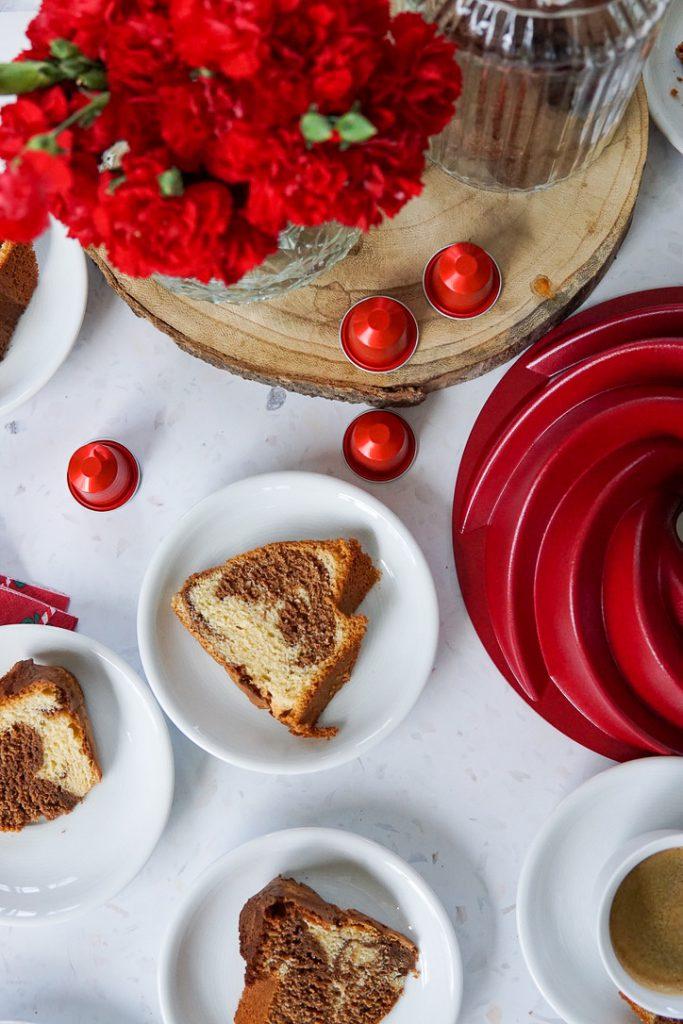 Gemarmerde cake met chocolade en koffie