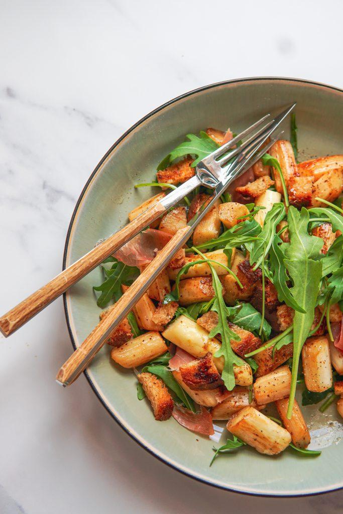 Lauwwarme salade met gebakken asperges en Parmaham