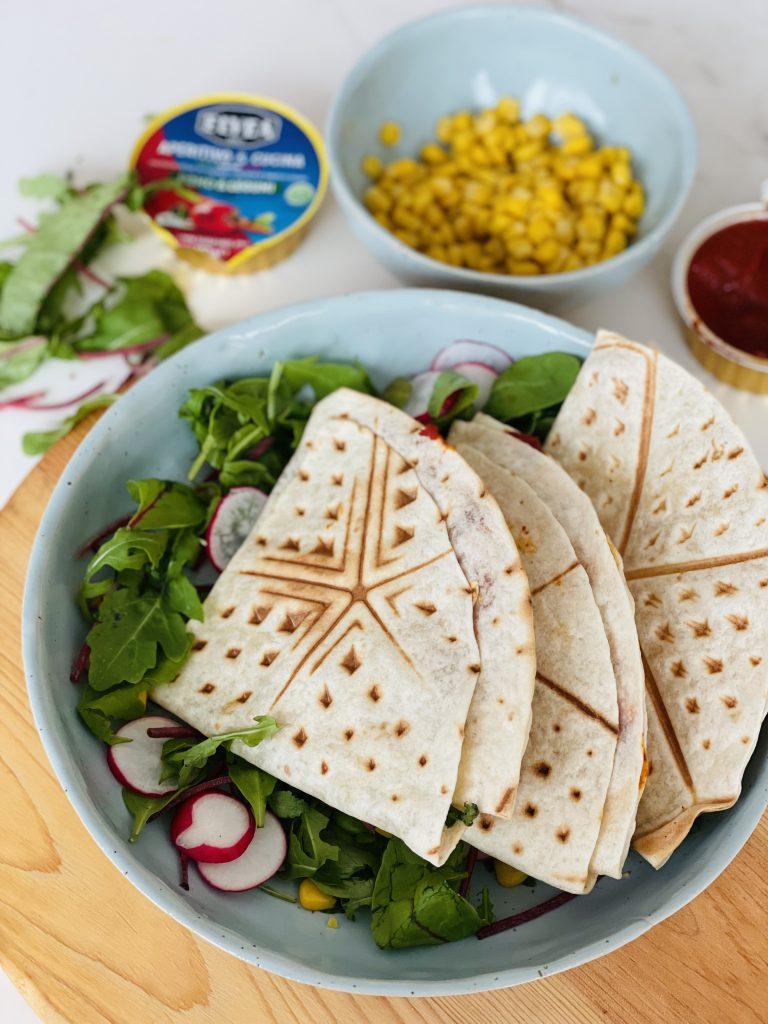 Krokante quesadilla met tonijn, maïs en tomaat