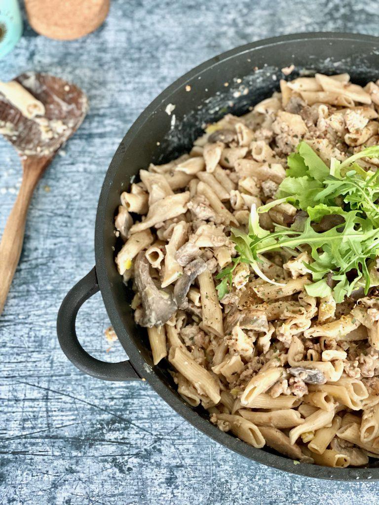 One pot pasta met champignons, gehakt en prei